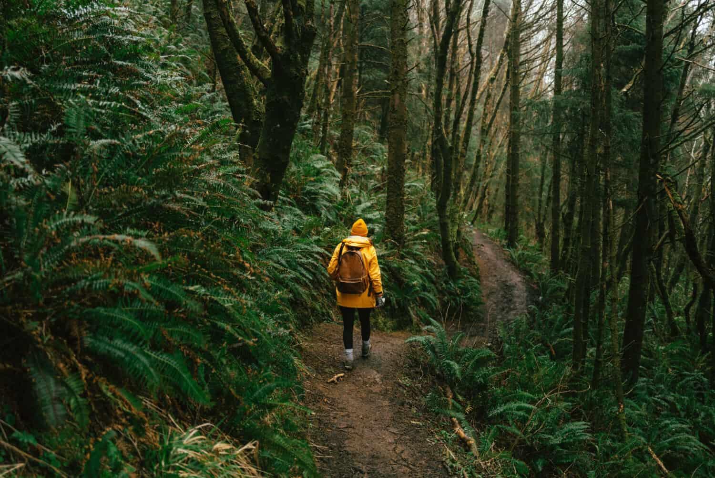 Emily Mandagie camina por la costa de Oregon