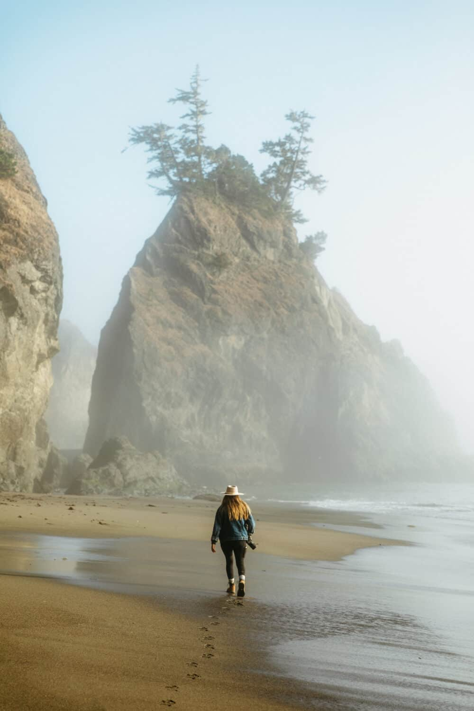 Emily Mandagie camina en Secret Beach en la costa de Oregon