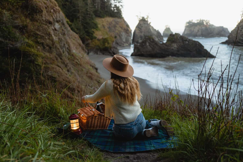 Emily Mandagie haciendo un picnic en Secret Beach, Oregón