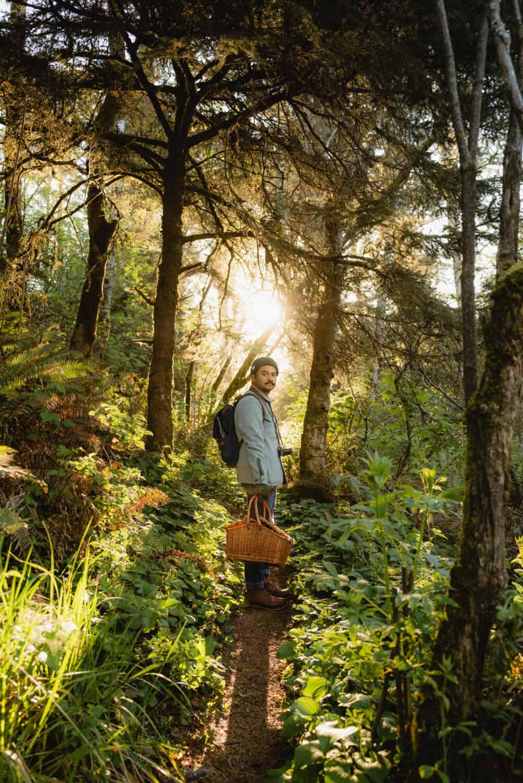 Berty Mandagie caminando por senderos de la costa de Oregon cerca de Secret Beach Oregon